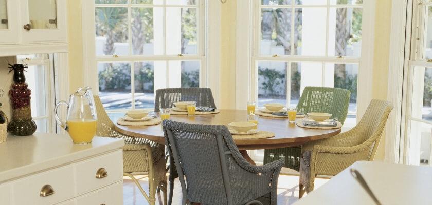 Bekväma stolar vid köksbordet
