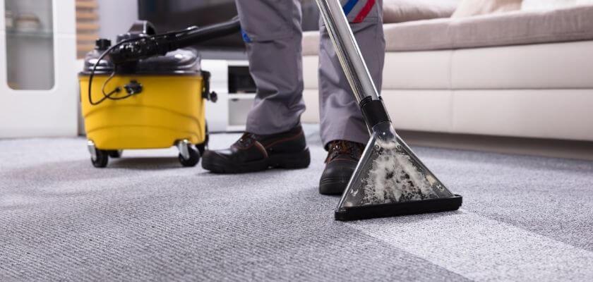 Damsuga golv vid hemstädning